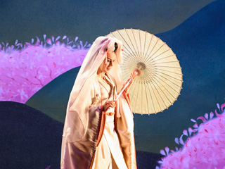 Striking Japanese-inspired imagery in Madama Butterfly ©2015 ROH. Photographed by Bill Cooper