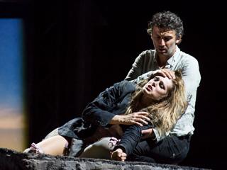 Kristine Opolais as Manon Lescaut and Jonas Kaufmann as Chevalier des Grieux in Manon Lescaut ©ROH/Bill Cooper, 2014